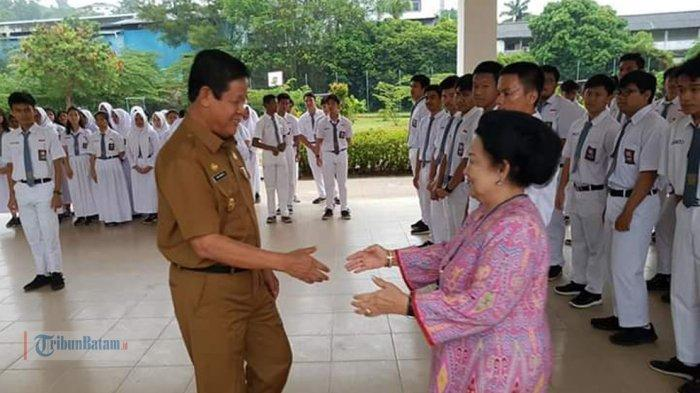 Wakil Gubernur Kepri Isdianto Pimpin Apel Pagi di SMA Kartini Batam, Semangati Siswa Hadapi UNBK