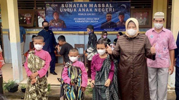 WAGUB KEPRI - Wakil Gubernur atau Wagub Kepri, Marlin Agustina meninjau pelaksanaan vaksinasi dan sunatan massal di Desa Pekaka, Kecamatan Lingga Timur, Kabupaten Lingga, Selasa (29/6).