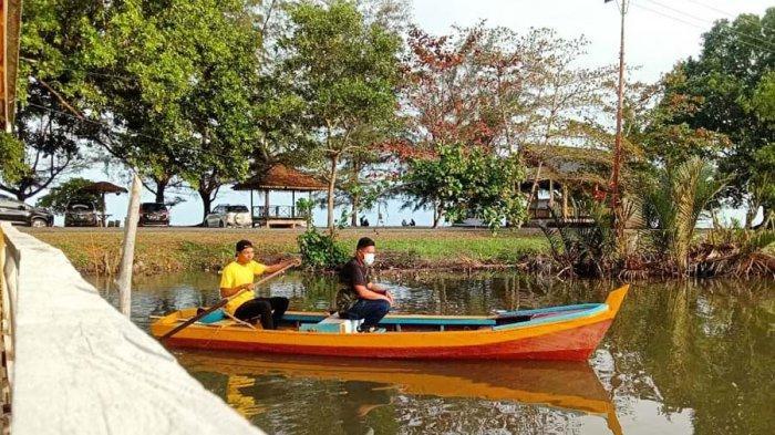Wakil Bupati Lingga Neko Wesha Pawelloy Terpikat Objek Wisata Pantai Desa Batu Berdaun