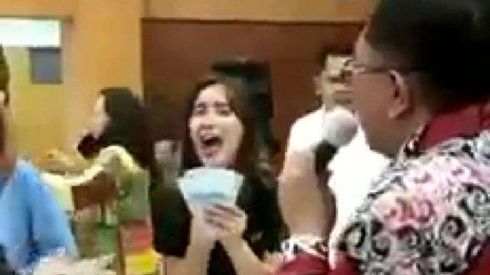 Pejabat Joget Sambil Bagi-bagi Uang, Wali Kota Asyik Bernyanyi Viral: Biar Tidak Sepi