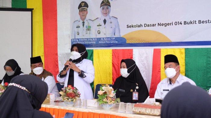 Wali kota Tanjungpinang Rahma bersama kepala sekolah dasar cek kesiapan belajar tatap muka di SDN 013 Bukit Bestari, Perumnas Sei Jang, Kamis (19/8/2021).