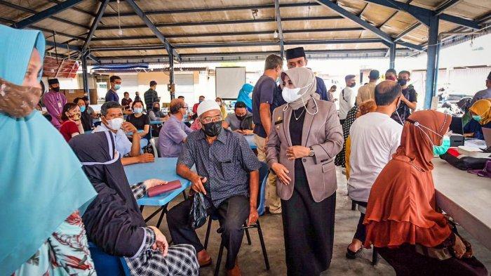 Wali Kota Tanjungpinang Rahma saat meninjau posko penyuntikan vaksin Covid-19.