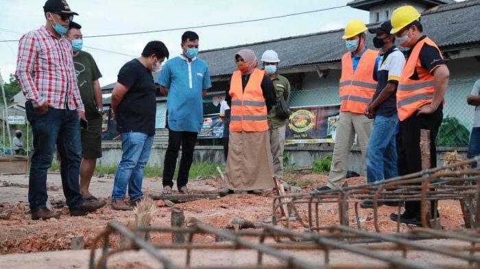 WALIKOTA TANJUNGPINANG - Wali kota Tanjungpinang Rahma saat meninjau beberapa proyek fisik tahun anggaran 2020, Minggu (13/12).