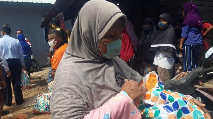 Warga Batam, Aida saat menerima sembako oleh Kemenkumham di Dapur 12, Kecamatan Sagulung, Batam, Rabu (31/3/2021).