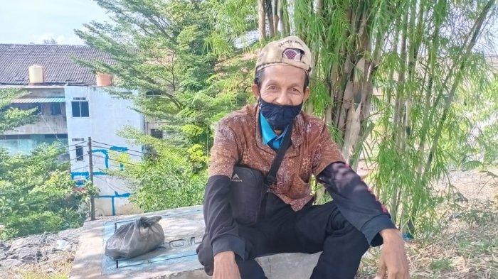 Warga Batam Jamal (45) saat berada di Jl Teuku Umar Nagoya, Batam, Kamis (21/7/2021).