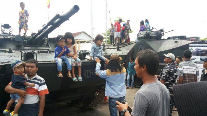 ASYIK! Warga Karimun Diajak Keliling Kota Naik Kendaraan Lapis Baja Milik Marinir