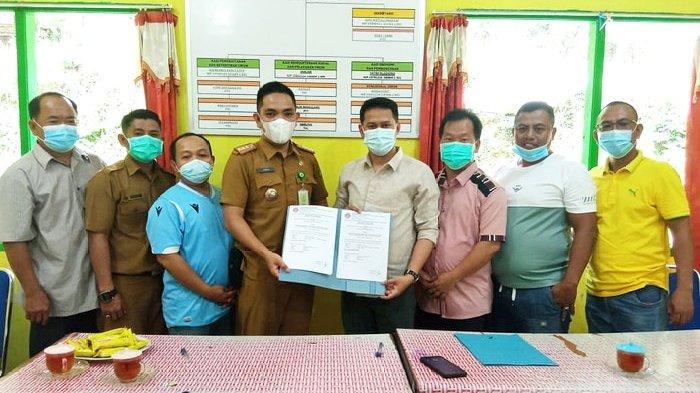 Lurah dan Ketua Persatuan Perantau Pancur usai menandatangani kerja sama soal penerangan jalan Kelurahan Pancur, Kecamatan Lingga Utara, Kabupaten Lingga, Selasa (16/2/2021).