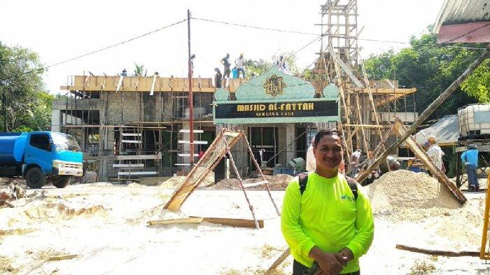 Warga Kecamatan Singkep gotong royong membangun masjid Al-Fattah di Kampung Sergang, Desa Tanjung Harapan, Kecamatan Singkep, Kabupaten Lingga, Selasa (16/2).