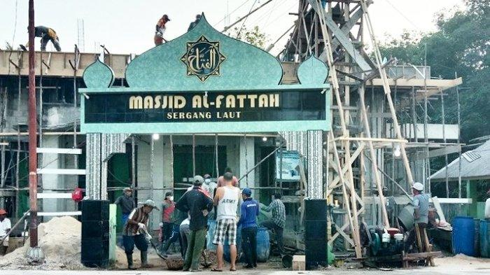 Warga Lingga Gotong Royong Bangun Kampung, Bantu Lampu Jalan Hingga Bangun Masjid