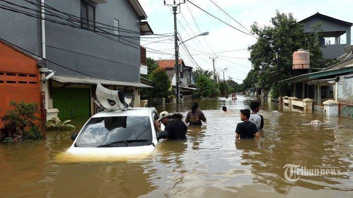 Warga melintasi banjir yang melanda kediamannya di Perumahan Ciledug Indah, Tangerang, Banten, Kamis (2/1/2020). Sejumlah kawasan Jabodetabek masih dilanda banjir dengan ketinggian hingga 2 meter akibat tingginya curah hujan.