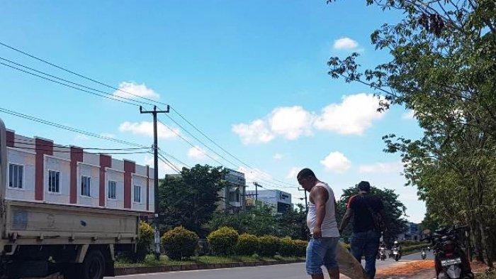 Solar Tumpah di Jalan Raya Depan Perumahan Mukakuning Paradise, Tiga Pengendara Motor Jadi Korban