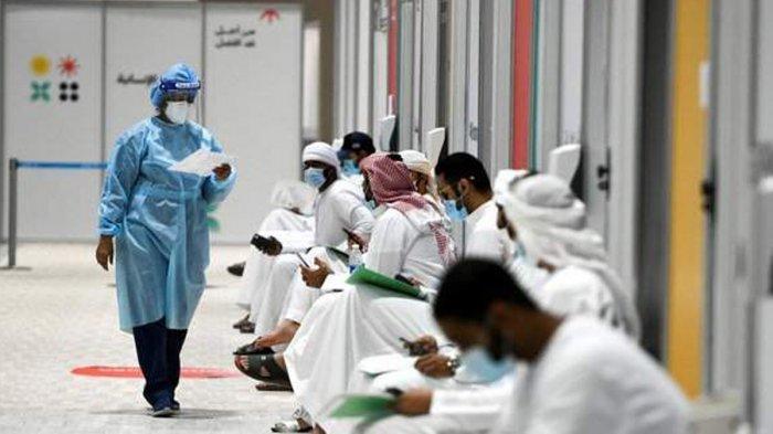 Warga Uni Emirat Arab antre untuk menjalani uji coba vaksin Sputnik V