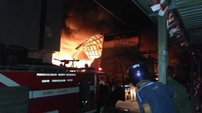 Foto-foto Kebakaran di Bengkong, Arus Lalulintas Semerawut Hingga Kesulitan Petugas Memadamkan Api