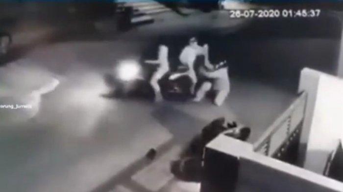 Viral video emak-emak di Pondok Ungu, Bekasi melawan dua begal yang menyerangnya.