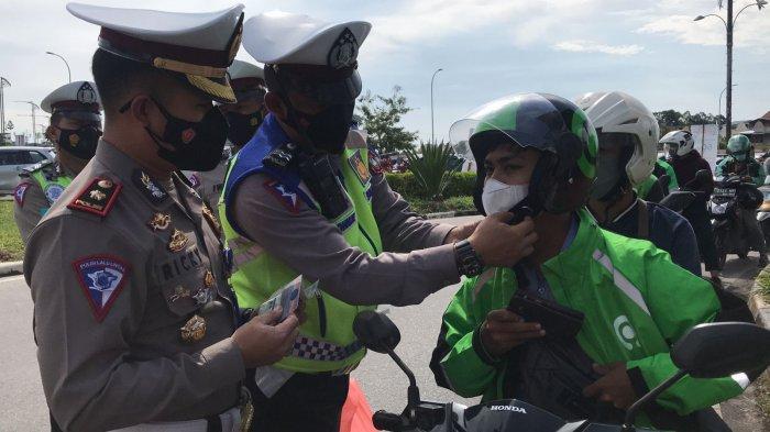 Gaya Humanis Polisi di Batam, Berikan Bonus Sembako Bagi Pengendara Taat Aturan di Tengah Pandemi
