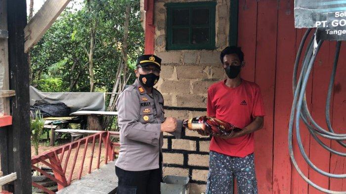 Bagi Sembako di Galang, Polisi Terus Ingatkan Prokes dan Vaksin