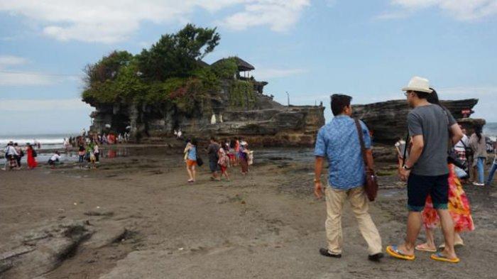 Wisatawan di Tanah Lot, Kabupaten Tabanan, Bali