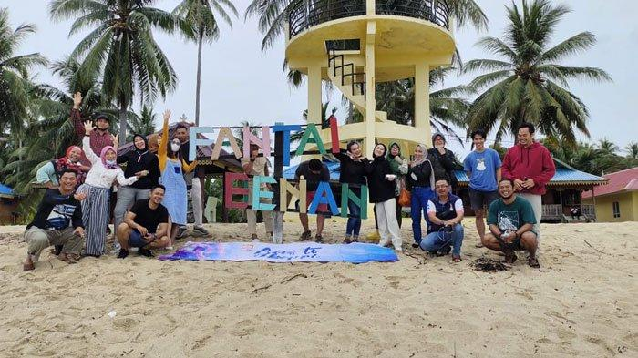 Pengunjung saat foto bersama di Pulau Benan, Kecamatan Katang Bidare. Pulau ini menjadi salah satu destinasi unggulan wisata di Lingga.