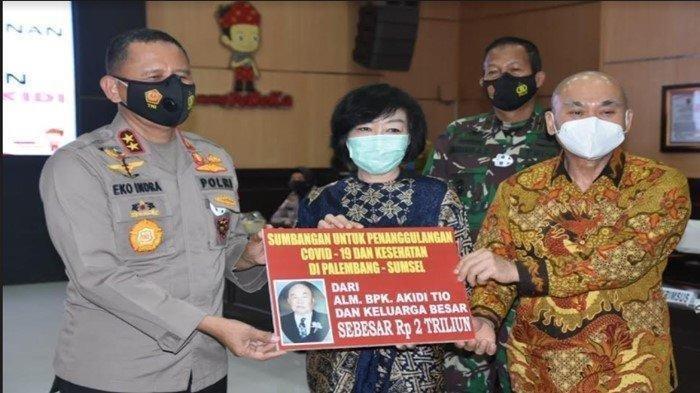 Penyerahan bantuan dana Rp2 Triliun dari keluarga alm Akidi Tio, pengusaha asal Kota Langsa Kabupaten Aceh Timur untuk penanganan covid-19 di Sumsel, Senin (26/7/2021).