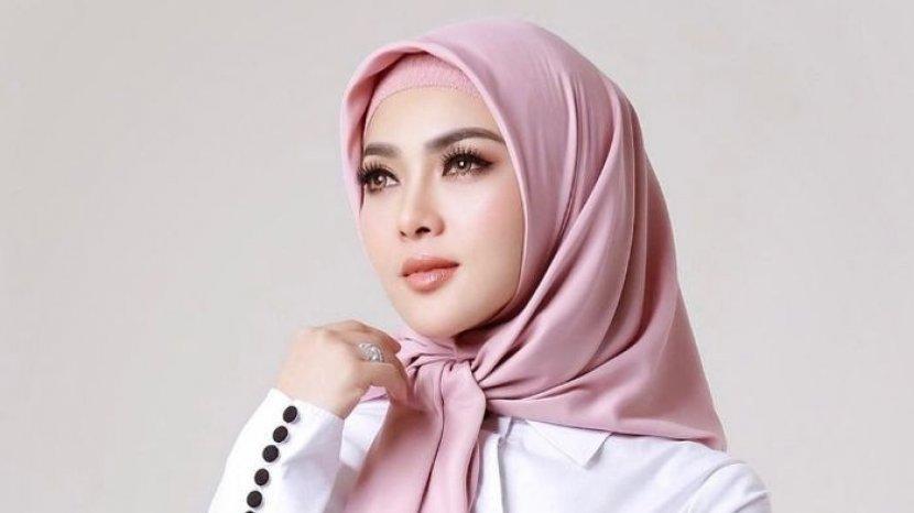 27082021_syahrini-dengan-hijab-pink.jpg