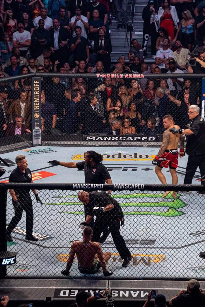 Dustin Poirier (kanan) mengalahkan Conor McGregor dalam duel UFC 264 di Las Vegas, Sabtu (10/7/2021) malam atau Minggu pagi WIB