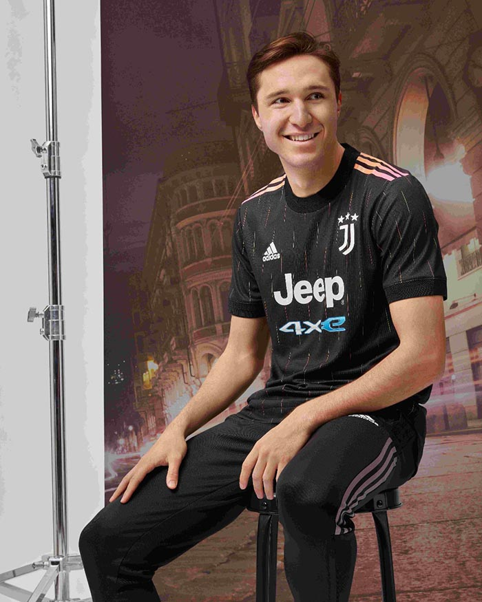 Jersey tandang Juventus musim 2021-2022 dipakai Federico Chiesa