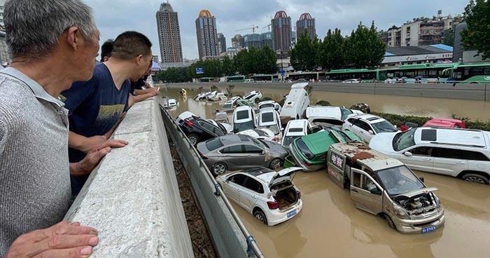 Banjir menyeret puluhan mobil di Kota Zhengzhou Provinsi Henan, China, Rabu (21/7/2021)