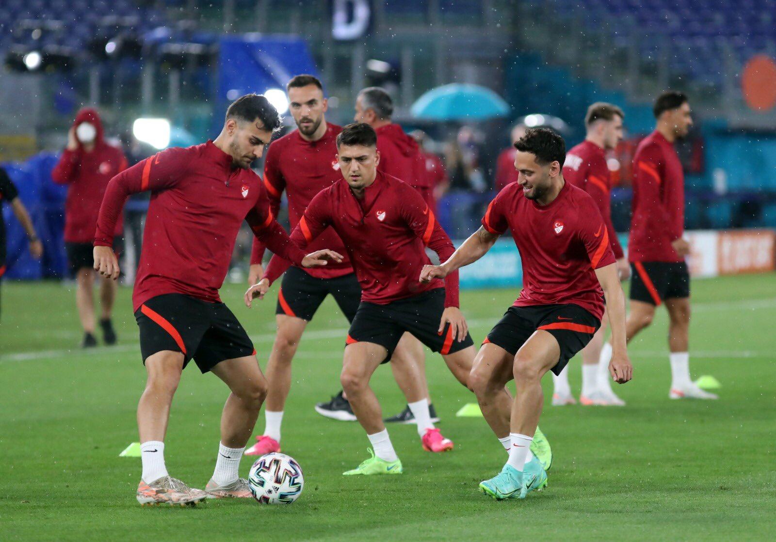 Turki vs Italia - Dua pemain pemain Turki yang bermain di Liga Italia, Hakan Calhanoglu (AC Milan/kanan), Cengiz Under ( AS Roma/tengah) latihan jelang matchday 1 Grup A Piala Eropa 2020.