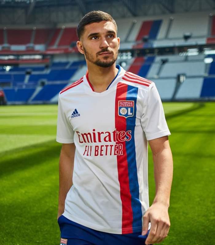 Houssem Aouar degan jersey home Lyon musim 2021-2022