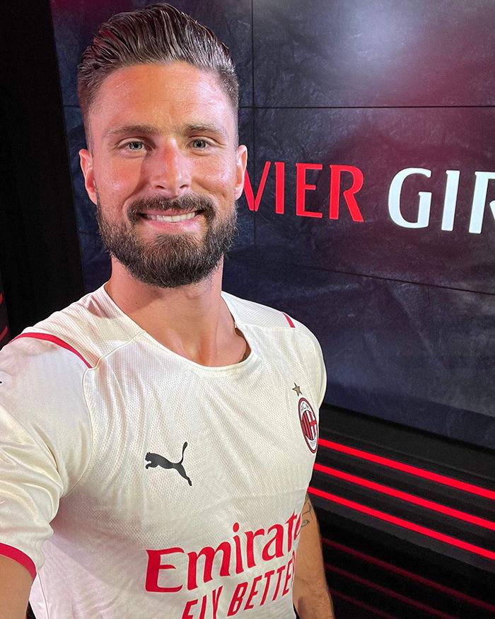 Jersey tandang AC Milan untuk musim 2021-2022 dipakai Olivier Giroud