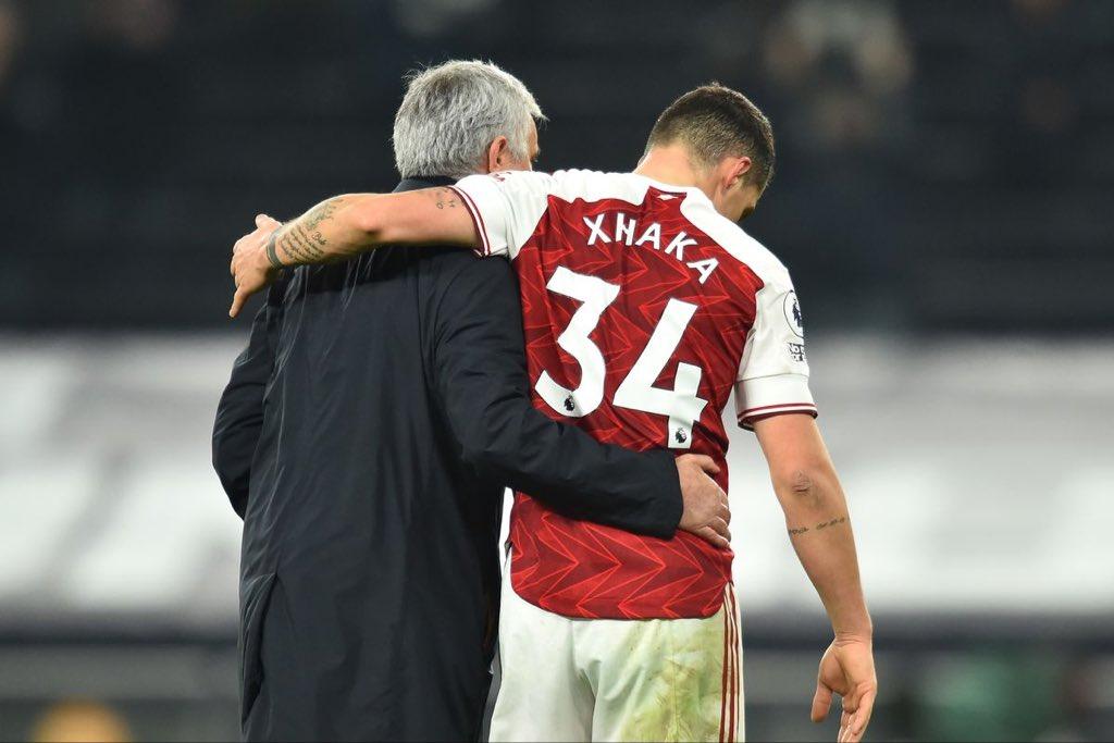 Jose Mourinho memeluk Granit Xhaka saat keduanya bertemu di Liga Inggris. Kini Jose Mourinho menjadi pelatih AS Roma dan ingin membawa Xhaka ke Roma.
