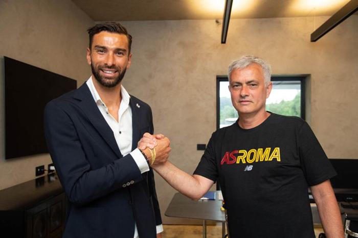 Kiper asal Portugal Rui Patricio bersalaman dengan pelatih Jose Mourinho setelah resmi menjadi pemain Giallorossi, Rabu (14/7/2021).