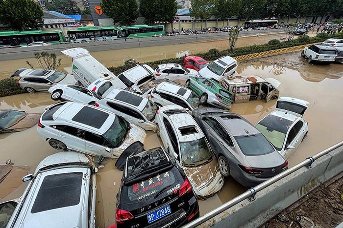 Mobil-mobil menumpuk setelah terseret banjir besar di Zhengzhou Provinsi Henan China