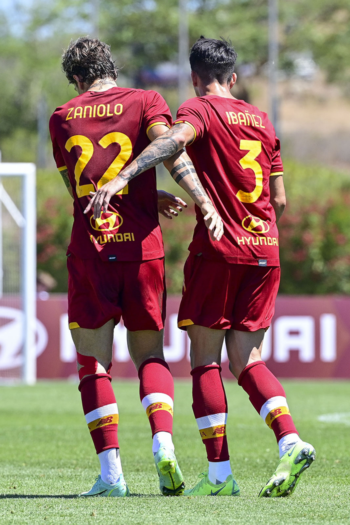 Nicolo Zaniolo selebrasi dengan Roger Ibanez dalam laga ujicoba pramusim melawan Belenenses SAD, AS Roma menang 3-1 pada laga ujicoba ini.