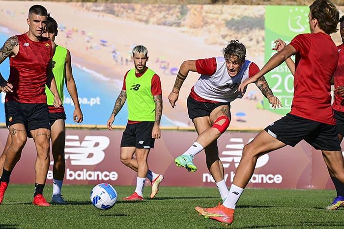 Nicolo Zaniolo (2 dari kanan) saat latihan pramusim di Portugal, Senin, 26 Juli 2021