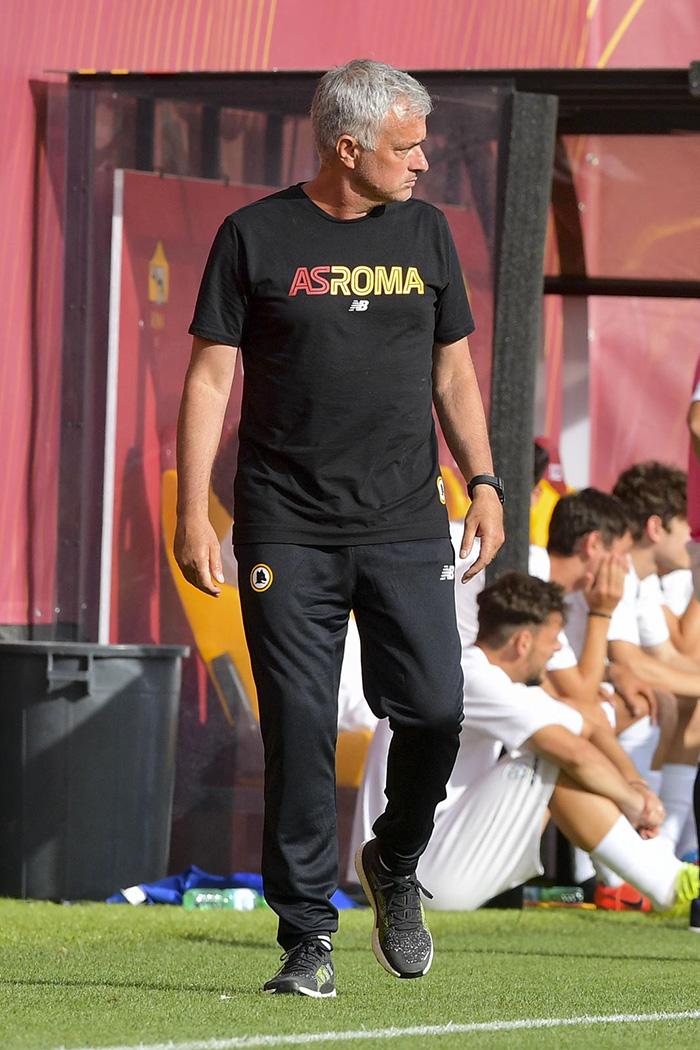 Pelatih AS Roma Jose Mourinho saat mengawal laga ujicoba pramusim pertamanya, Kamis (15/7/2021)