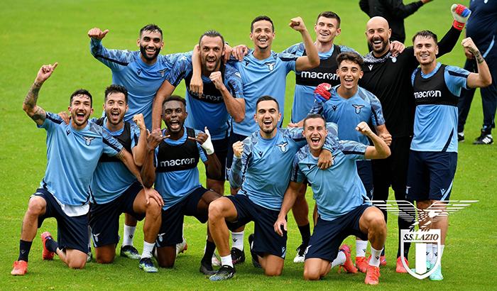 Pemain Lazio tampak gembira berfoto bersama di sela sesi latihan pramusim dengan pelatih Maurizio Sarri