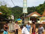 06122019_warga-dan-polisi-bersihkan-lumpur-dampak-banjir-di-tambelan-bintan.jpg