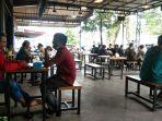 1301suasana-pengunjung-kedai-kopi-di-tanjungpinang.jpg