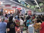 15052021_kerumunan-warga-belanja-di-supermarket-di-singapura.jpg