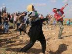 18052021_perempuan-palestina-bersama-warga-melempar-batu-ke-arah-tentara-israel.jpg