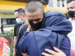 23092020_alpin-andrian-menangis-sambil-memeluk-ibunya-saat-masuk-ke-penjara.jpg