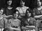 ada-tangan-misterius-dalam-foto-para-buruh-perempuan-bertahun-1900-ini_20180430_223034.jpg
