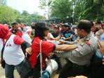 aksi-dorong-dorongan-antara-personel-polisi-kpu-batam_20151015_173704.jpg