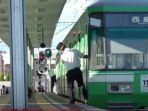aksi-petugas-kereta-kompak-menari-di-stasiun.jpg
