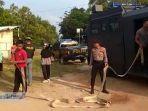 aksi-polisi-dari-polres-bintan-mengerahkan-kendaraan-taktis-water-cannon.jpg