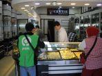 aktivitas-penjual-dan-pembeli-di-toko-emas-cantik.jpg