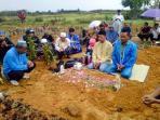 almarhum-muhammad-arif-husen-saat-berada-di-tempat-pemakaman-umum_20150803_182631.jpg