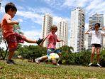 anak-anak-belajar-main-bola-di-brazil-foto-fifacom.jpg