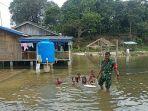anak-anak-desa-sugie-kecamatan-moro-berenang-di-genangan-banjir.jpg